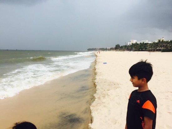 Cham Villas: Beach in front of Hotel