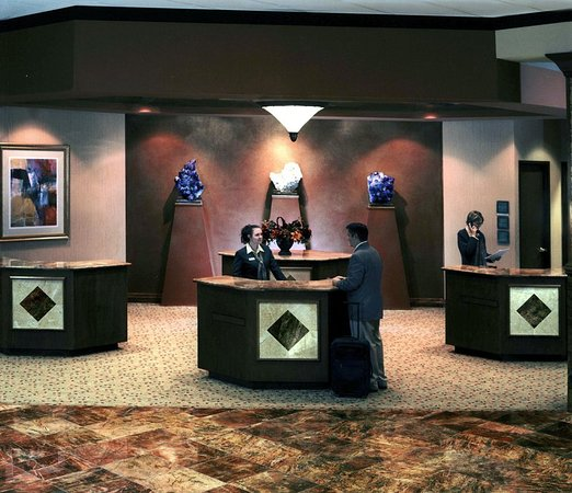 Embassy Suites by Hilton Hot Springs: Front Desk