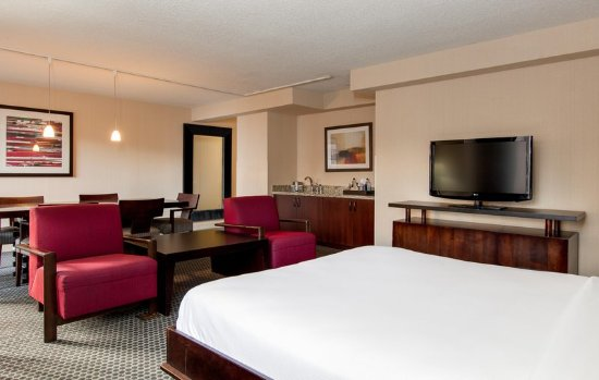 Doubletree by Hilton Chicago Magnificent Mile: Suite Living Room And Murphy Bed