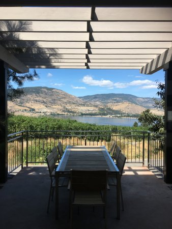 Penticton, Canada: View from Pentage Winery Picnic area - which is dog friendly!