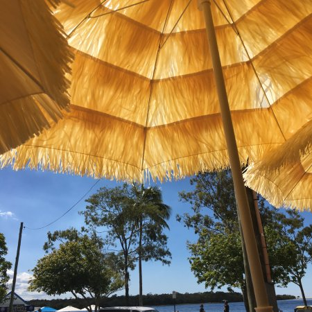 Noosaville, Australien: Sitting on the deck at Bordertown Cocktails and Cantina
