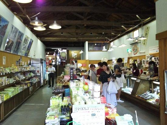 Kurayoshi, Giappone: 赤瓦一号館の一階、奥に進むと小さな店が並ぶ二階