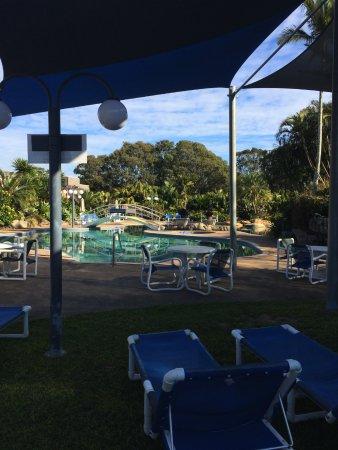 Boambee Bay Resort: Plenty of shade and seating around the pool