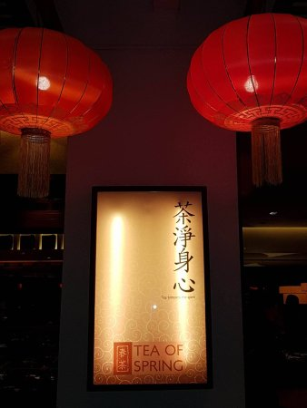 Tea of Spring at Shangri-La's Mactan Resort & Spa: TEA of SPRING Name of the restaurant with typical Chinese lanterns,Hardwood panelings ,large win