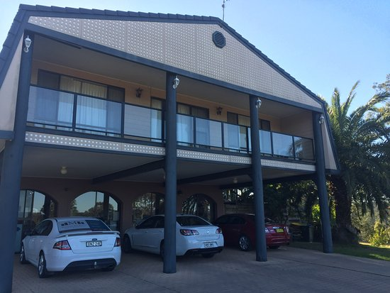 Batemans Bay Manor - Bed and Breakfast: Parking at front