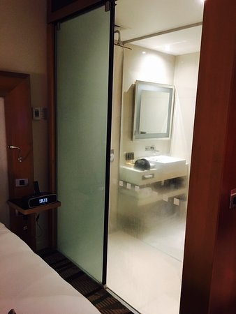 Novotel Auckland Airport: View into the bathroom