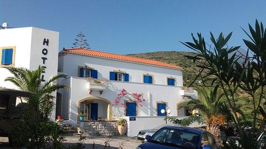 Venardos Hotel: outside view of the hotel