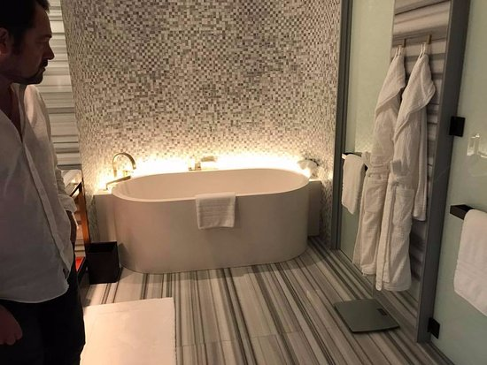Stunning high-end bathroom  - Picture of Four Seasons Hotel