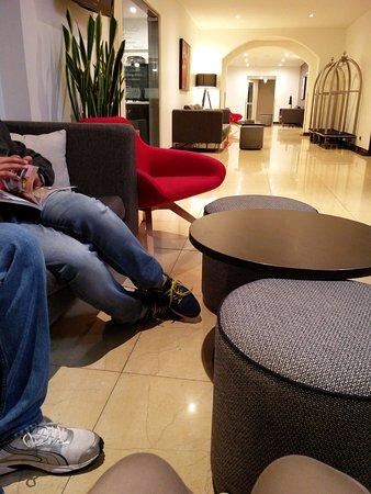Travelodge Hotel Perth : Small lobby