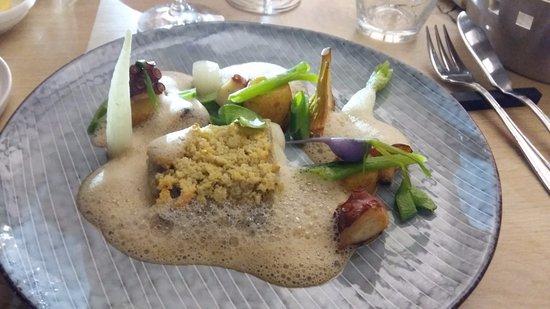 Wepion, België: Lieu jaune de ligne, viennoise de Parmesan et amandes, vinaigrette aux girolles, pois, poulpe