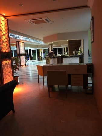 Kleopatra Beach Hotel: Poolen, lobbyn