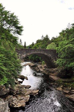 Invermoriston Falls: stone bridge