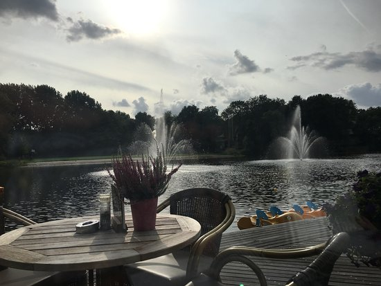 Leidschendam, Nederländerna: Een van de restaurants aan het water bij het Fletcher hotel