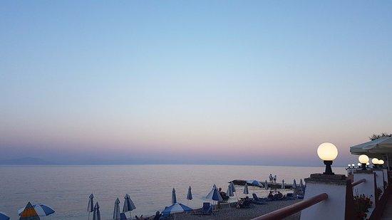 Hotel Corfu Maris Benitses: Терраса первого этажа ,чуть правее ресторан.