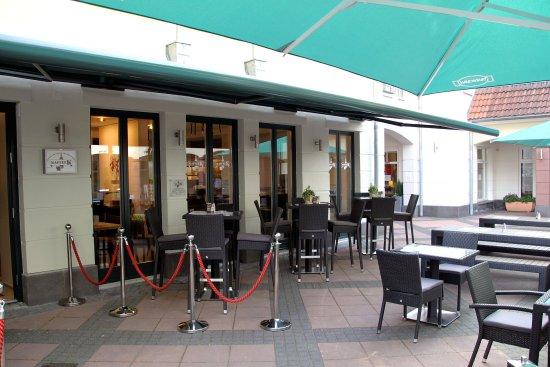 Obertshausen, Jerman: Draußen sitzen im Kaffee K - wunderschön