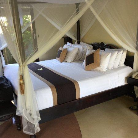 Furama Villas & Spa Ubud: Canopied king size bed