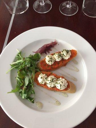Gironde-sur-Dropt, France: Tartines aux poivrons et mousse de munster! Tomate farcie petits légumes, magret séché compote d