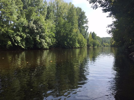 Camping le Paradis: The Vezere from the campsite's landing stage