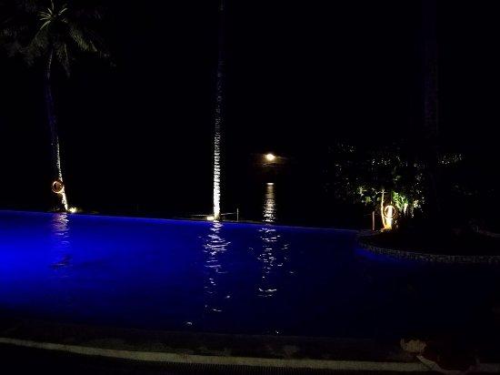 Palo, Philippines: piscine de nuit