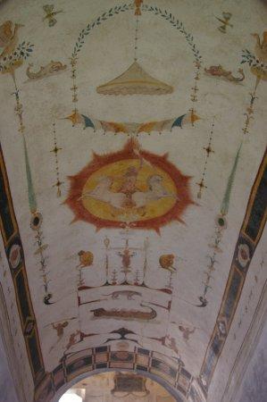 Chareil-Cintrat, Francia: Plafondschildering in het trappenhuis