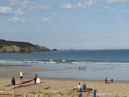 Hotel de la Baie des Trepasses : vue de la chambre au réveil, less premiers surfeurs sont déjà là, le soleil aussi !