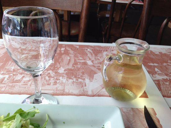 Saint-Ouen, France : カラフでワイン