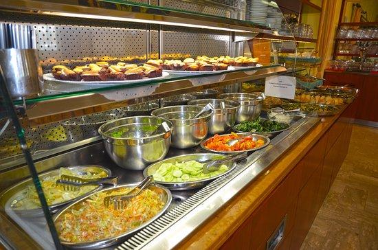 Hotel Alba Serena: Buffet principale delle verdure e dei dolci freddi