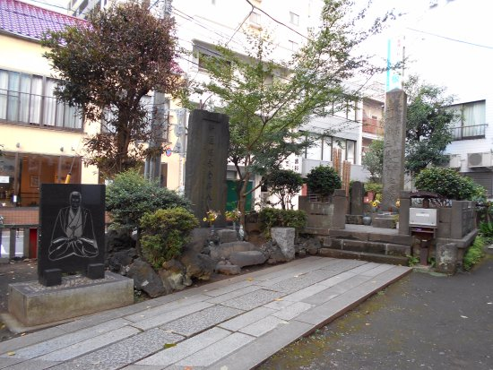 Isami Kondo Tomb: 慰霊碑とレリーフなどが並ぶ光景