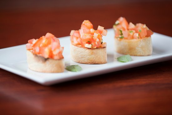 Sutton Cross, Irlanda: Bruschetta - Diced plum tomato marinated with fresh basil, olive oil and fresh garlic served on