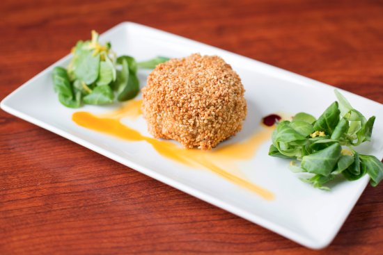 Sutton Cross, Irlanda: Salmon and cod fish cakes in a sesame seed crumb with a garnish of lamb lettuce and citrus & chi
