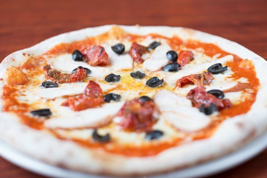 Cucinos Italian Restaurant: BBQ sauce base topped with smoked chicken, mozzarella cheese, sun-dried tomato, black olives dri