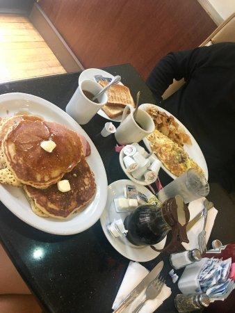 Cosmic Diner : Pancakes, crispy bacon and maple syrup/California omelette with avocado and feta