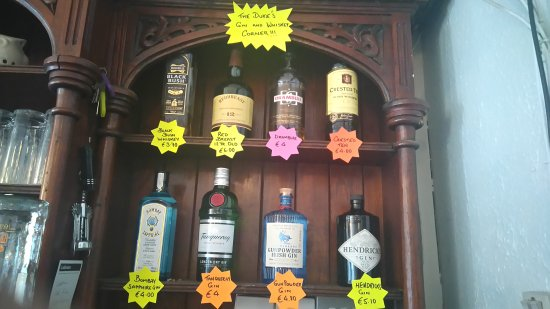 Athy, ไอร์แลนด์: Gin and Whiskey Corner at The Duke