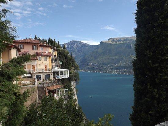 Vista Del Ristorante Con Terrazza A Picco Sul Lago Foto