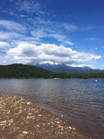 Lake Siskiyou : Vista desde el lago al Monte Shasta