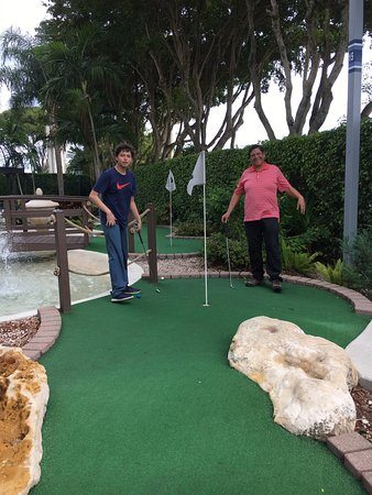 Miami Gardens, Φλόριντα: Disfrutando del mini golf. Totalmente recomendable.