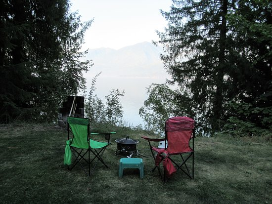 Ainsworth Hot Springs, Canada: tent site overlooking Kooteney Lake ( which was smokey from fires)
