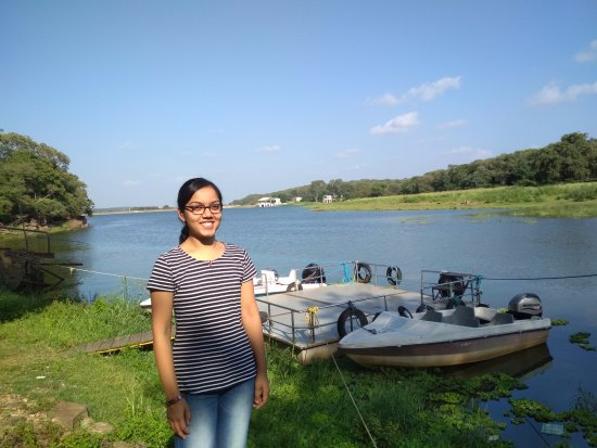Shivpuri, Indien: Sakhya Sagar Lake in the background. My daughter in front. You could see the motor boats behind.