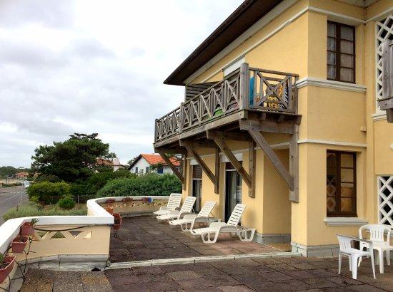 Hotel Mermoz: Quatre chambres donnent sur la terrasse du premier niveau.