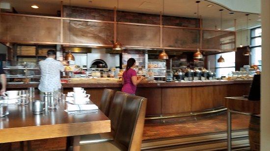 Omni Chicago Hotel: Enjoying breakfast buffet