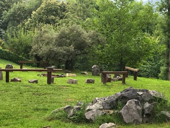 Taleggio, Italia: giardino dell'hotel