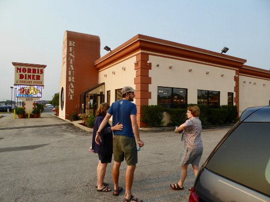 Morris, IL: family heading to breakfast