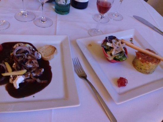 Chatillon-sur-Chalaronne, France: Oeufs pôchés sauce au vins, champignons, lardons.  Et tartare de gambas.