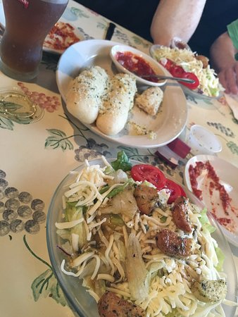 Sylvania, OH: Salad and breadsticks