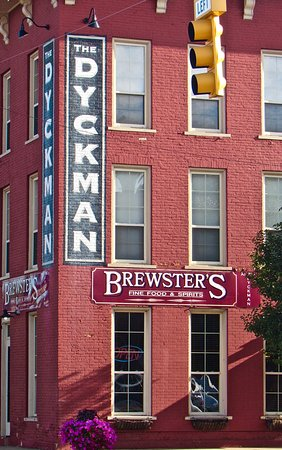 Paw Paw, Мичиган: At the stoplight in the center of town, in the old Dykman Hotel