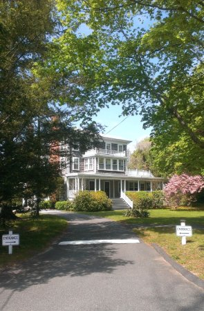 Old Sea Pines Inn: The drive up to the Inn