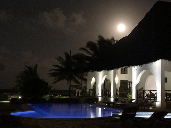 Next Paradise Boutique Resort: Moon over the main pool