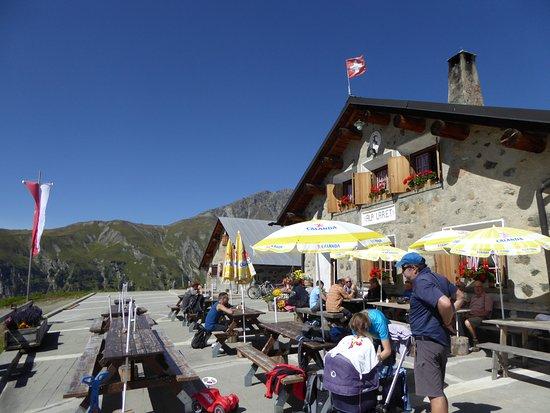 Ftan, Switzerland: Devant le restaurant