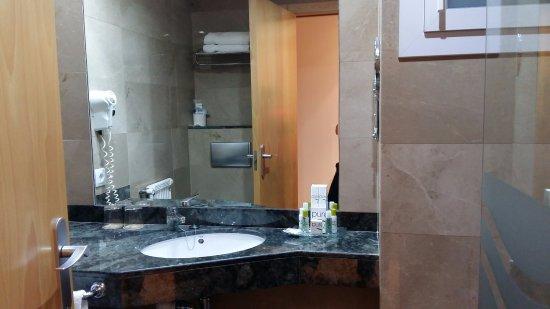 Vue intérieur salle-de-bain - Bild von Hotel Canyelles Platja, Roses ...