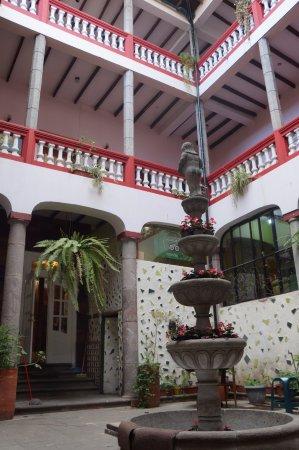 Hostal Quito Cultural: Fountain